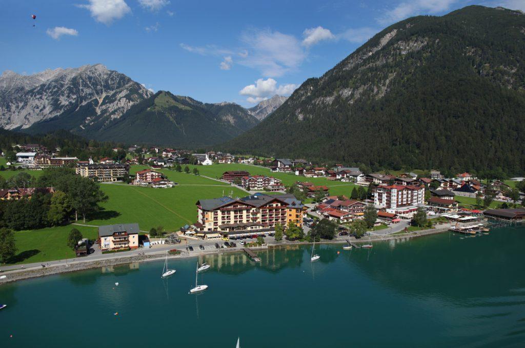 blick_von_oben_auf_hotel_post_am_see_und_pertisau_am_achensee_hotel_post_am_see