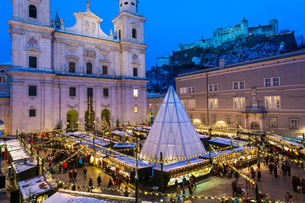 Salzburger Christkindlmarkt am Domplatz mit Festungsblick