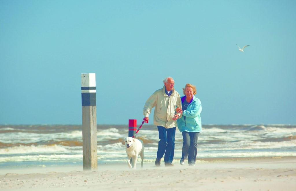 Allgemein Senioren mit Hund am Strand